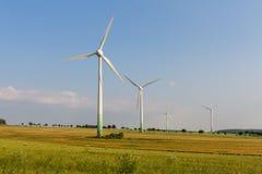 Motores de vento com prado selvagem Fotos de Stock Royalty Free