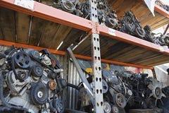 Motores en estantes en depósito de chatarra imagen de archivo