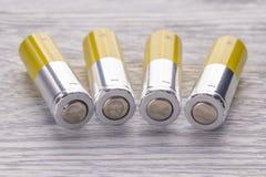 motorförbundetbatterier på en vit trätabell arkivbilder