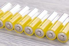 motorförbundetbatterier på en vit trätabell royaltyfria bilder
