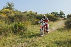 Motorfiets Bètarr 400 van fietser de berijdende enduro royalty-vrije stock afbeelding