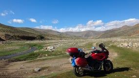 Motorfiets bij aard royalty-vrije stock afbeelding