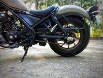 Motorfiets die op de vloer wordt geparkeerd stock afbeelding