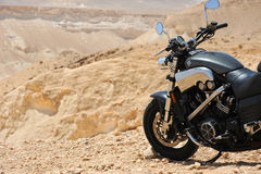 Motorfiets in een woestijn stock foto's