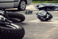 Motorfiets en helm op de straat na gevaarlijke verkeersinci royalty-vrije stock fotografie