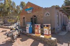 Motorfiets en historische brandstofautomaten in Barrydale royalty-vrije stock foto's