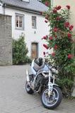 Motorfiets in Esch sur Sûre Stock Foto's