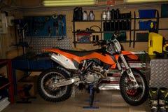 Motorfiets in garage Stock Afbeelding