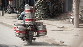 Motorfiets met metaalblikken, Hanoi, Vietnam Stock Fotografie
