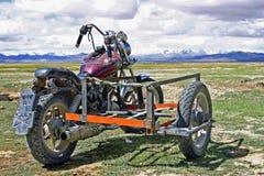 Motorfiets met sidecar door Tibetaanse nomade wordt gebruikt die stock fotografie