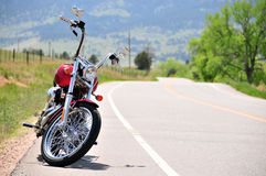 Motorfiets op afgezonderde weg Stock Afbeelding