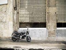 Motorfiets op de straat Stock Afbeeldingen