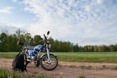 Motorfiets op een achtergrond van hemel en wolken, Stock Foto's