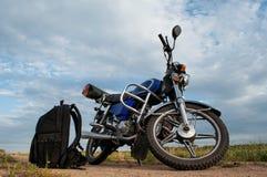 Motorfiets op een achtergrond van hemel en wolken, Royalty-vrije Stock Afbeeldingen