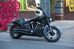motorfiets op een stadsstraat bij schemer wordt geparkeerd die royalty-vrije stock afbeelding
