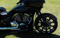 Motorfiets in silhouet stock foto's
