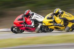Motorfiets twee op spoor Stock Foto