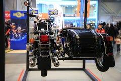 Motorfiets Ural m-70 Retro zwarte met wandelwagen Achter mening Installatie op kabels Stock Foto's