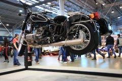 Motorfiets Ural m-70 Retro zwarte met wandelwagen Installatie op kabels bij binnententoonstelling Royalty-vrije Stock Foto's