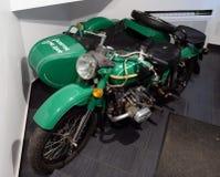 Motorfiets ` Ural ` met de inschrijving ` geef ik geen geld ` Stock Afbeelding