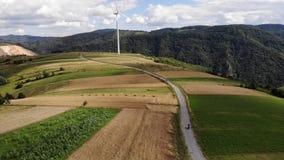 Motorfietsaandrijving door elektrische windmolen stock video
