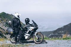 Motorfietsavontuur op de top van de berg, enduro, van weg, mooie mening, gevaarsweg in bergen, extreme vrijheid, stock afbeeldingen