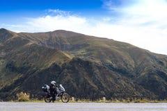 Motorfietsavontuur op de top van de berg, enduro, van weg, mooie mening, gevaarsweg in bergen, extreme vrijheid, royalty-vrije stock foto's