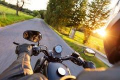 Motorfietsbestuurder die op autosnelweg berijden stock afbeelding