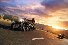Motorfietsbestuurders die in Alpiene weg berijden Openlucht fotografie Royalty-vrije Stock Fotografie