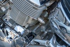 Motorfietsdetail - verchroomd motorblok en motor koeler close-up stock afbeeldingen