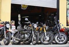 Motorfietsen buiten een workshop Stock Afbeeldingen