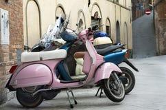 Motorfietsen in de oude stad Royalty-vrije Stock Afbeeldingen