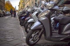 Motorfietsen in de straten van Italiaanse steden Stock Foto's