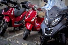 Motorfietsen in de straten van Italiaanse steden Stock Afbeeldingen