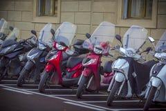 Motorfietsen in de straten van Italiaanse steden Stock Foto
