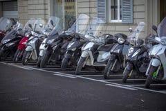 Motorfietsen in de straten van Italiaanse steden Royalty-vrije Stock Afbeeldingen