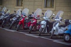 Motorfietsen in de straten van Italiaanse steden Royalty-vrije Stock Fotografie