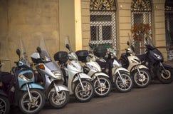 Motorfietsen in de straten van Italiaanse steden Royalty-vrije Stock Foto's