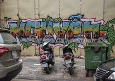 Motorfietsen die op een stoep met graffiti op de achtergrond in Hanoi, Vietnam worden geparkeerd royalty-vrije stock afbeelding