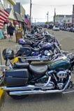 Motorfietsen in Florence, Oregon worden opgesteld dat stock foto