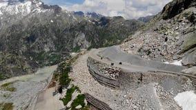Motorfietsen in het landschap van alpen stock videobeelden