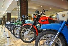 Motorfietsen ` Izh ` in het museum van technologie Vadim Zadorozhny Arkhangelskoe, het Gebied van Moskou, Rusland Royalty-vrije Stock Foto