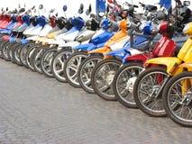 Motorfietsen in lijn royalty-vrije stock afbeeldingen