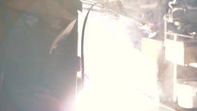 Motorfietslassen in de garage stock video