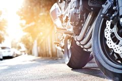 Motorfietsparkeren op de achtergrond van de zonsondergangstraat stock afbeelding