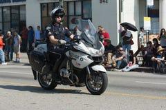 Motorfietspolitieman tijdens 117ste Gouden Dragon Parade Stock Foto's