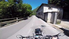 Motorfietsreiziger op een bergplateau stock video