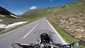Motorfietsreiziger op een bergplateau stock footage