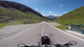 Motorfietsreiziger op een bergplateau stock videobeelden