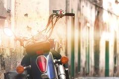 Motorfietsschrijver uit de klassieke oudheid op de straat, oude bergstraat, het conceptontwerp van de reisreis, ruimte voor de te stock foto